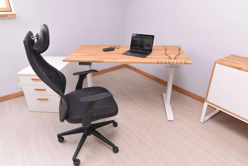 białe biurko regulowane