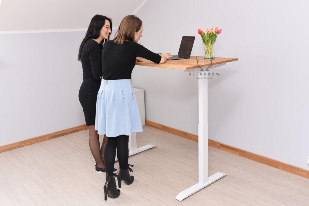 białe biurko z regulacją wysokości