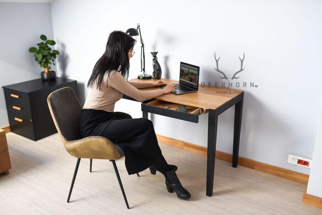 biurko zszufladami idrewnianym blatem