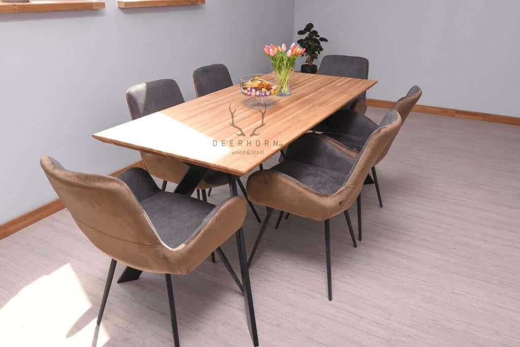 modny stół zdrewnianym blatem