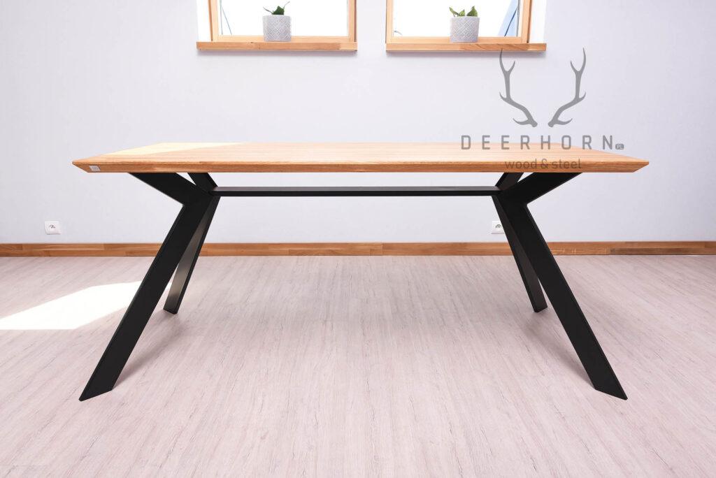 stół z drewnianym blatem
