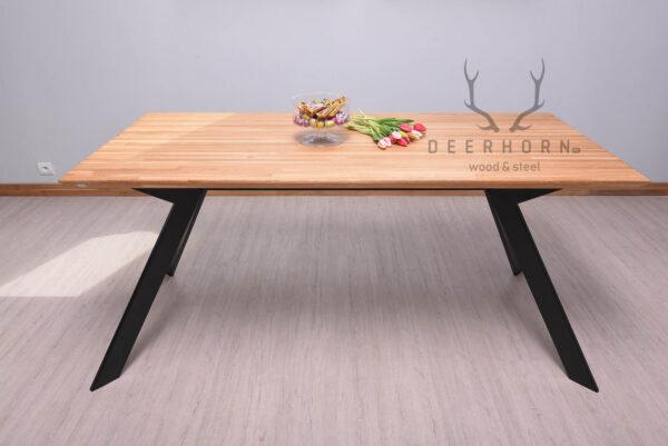 stół z ukośnymi nogami