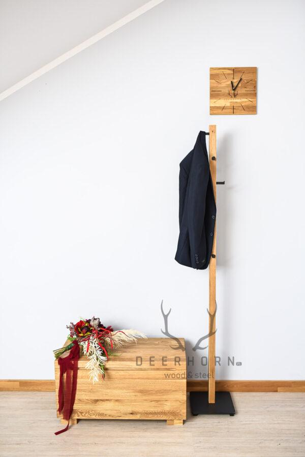 wieszak na ubrania z drewna i metalu