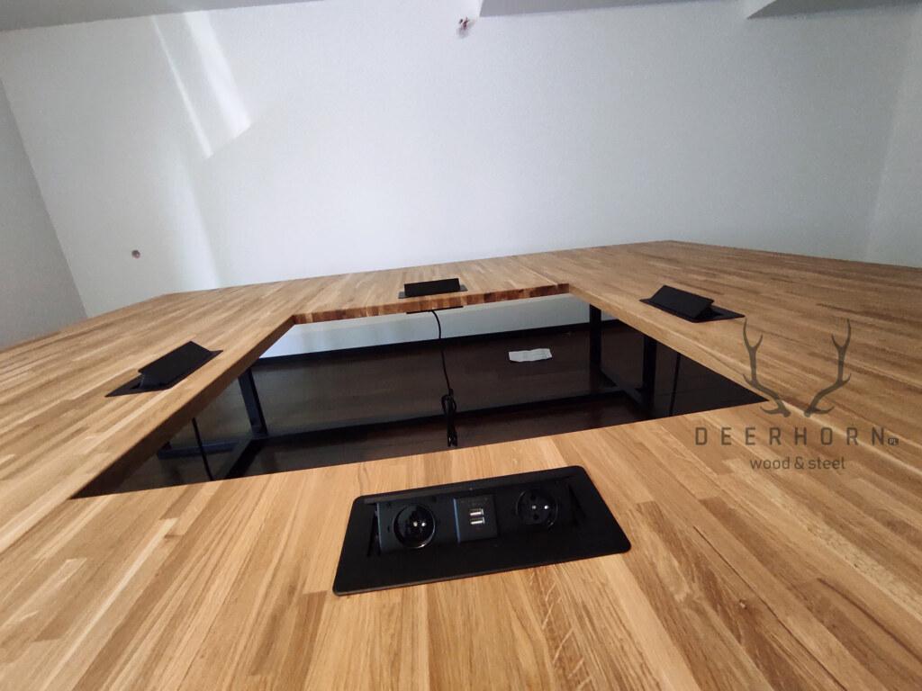 kwadratowy stół konferencyjny