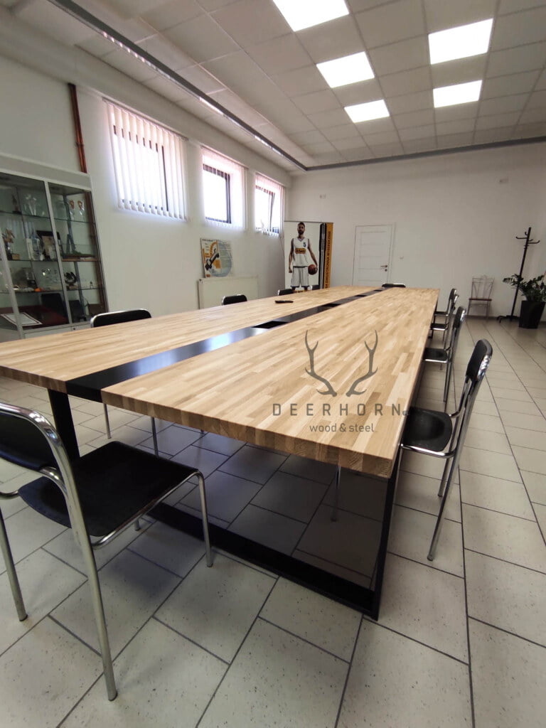 duży loftowy stół konferencyjny