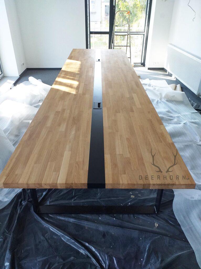 stół konferencyjny zlistwą pośrodku