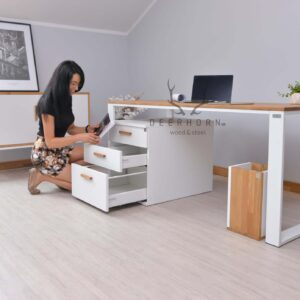 białe biurko komputerowe