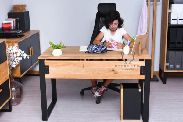 biurko z drewnianym blatem dla ucznia