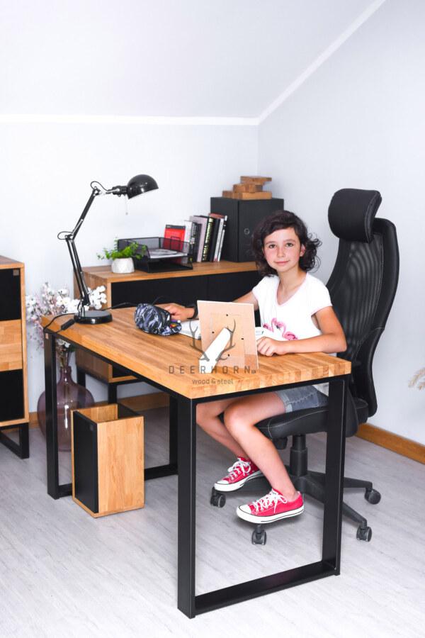 biurko szkolne z drewnianym blatem