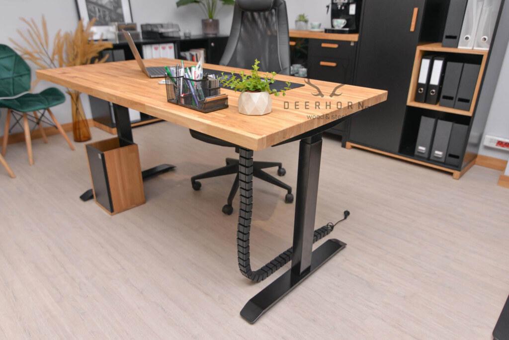 biurko z regulacją wysokości i drewnianym blatem