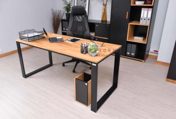 biurko z cienkim blatem