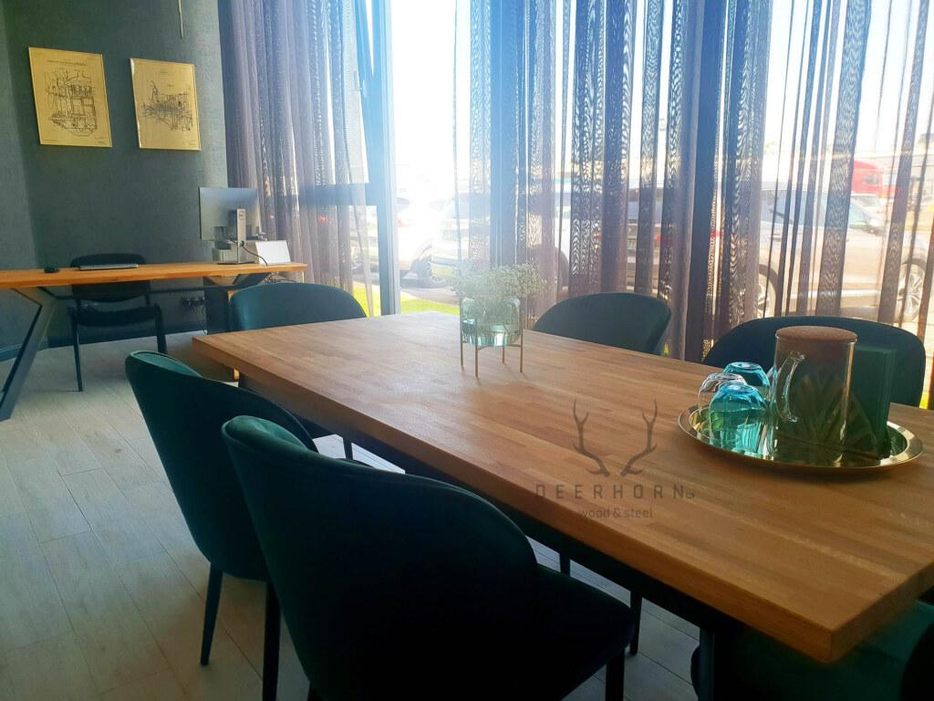 nowoczesny stół zdrewnianym blatem