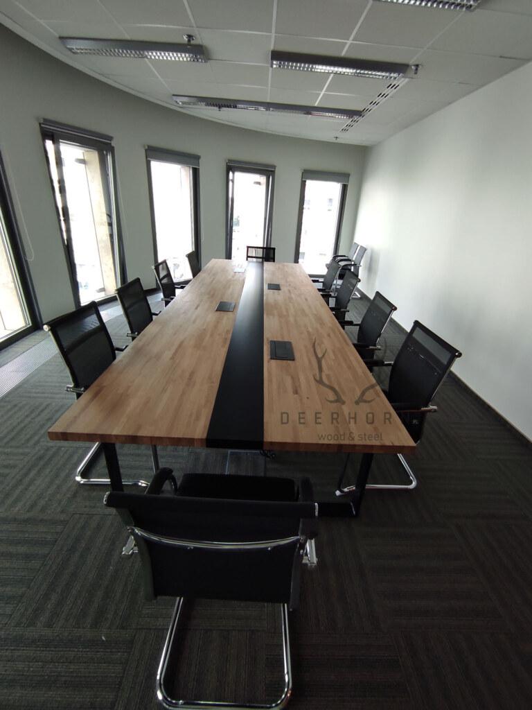stół konferencyjny nametalowych nogach