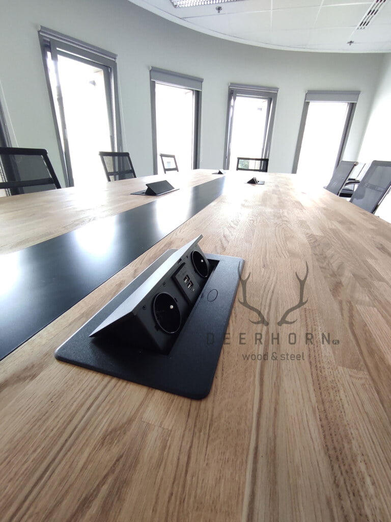 stół konferencyjny zgniazdami prądowymi