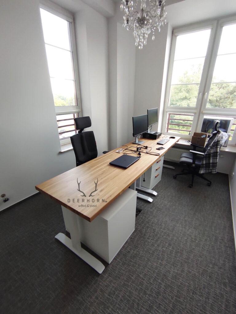 białe biurko z regulacją do gabinetu