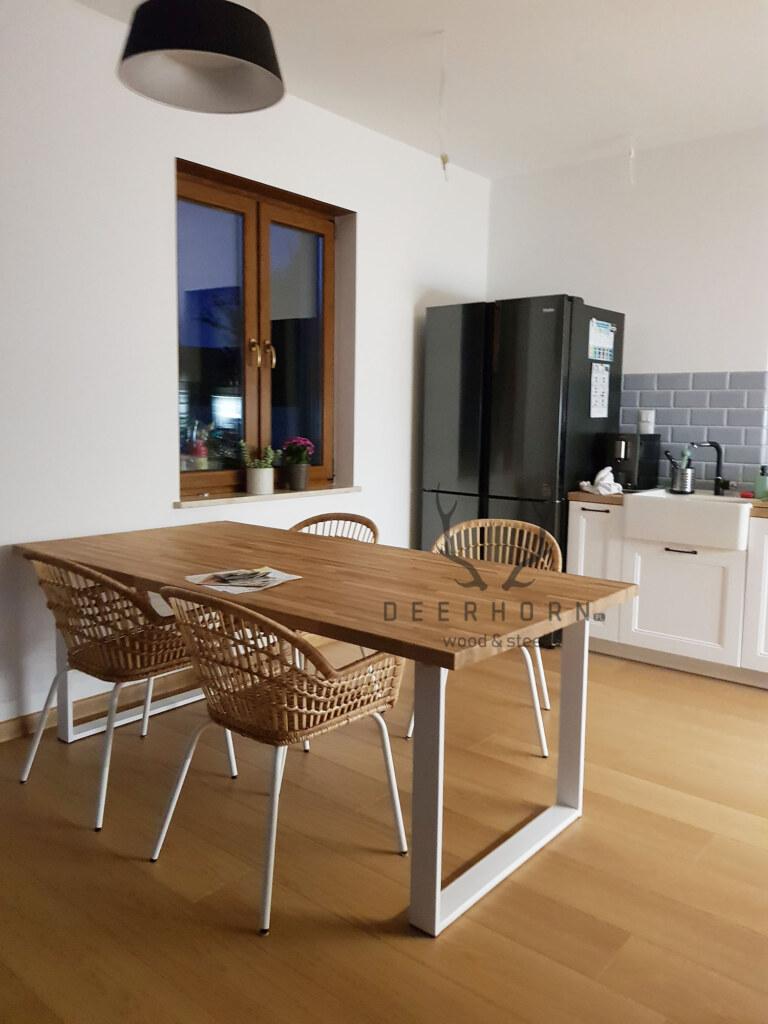 industrialny stół z drewnianym blatem