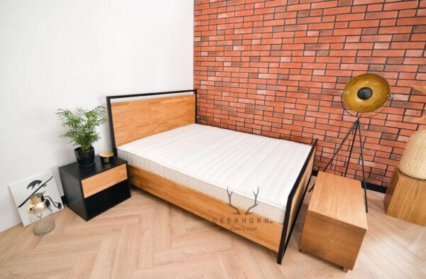 łóżko z drewna i metalu