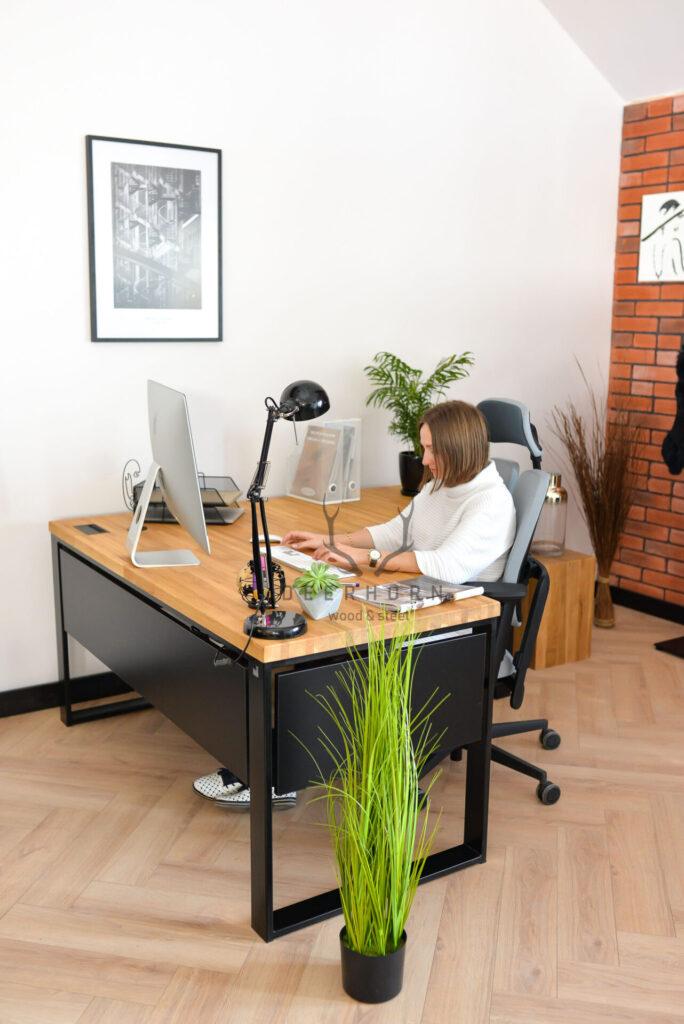 biurko narożne z drewnianym blatem