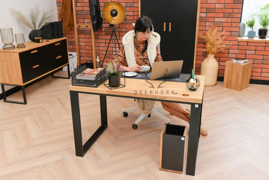 biurko nametalowych nogach