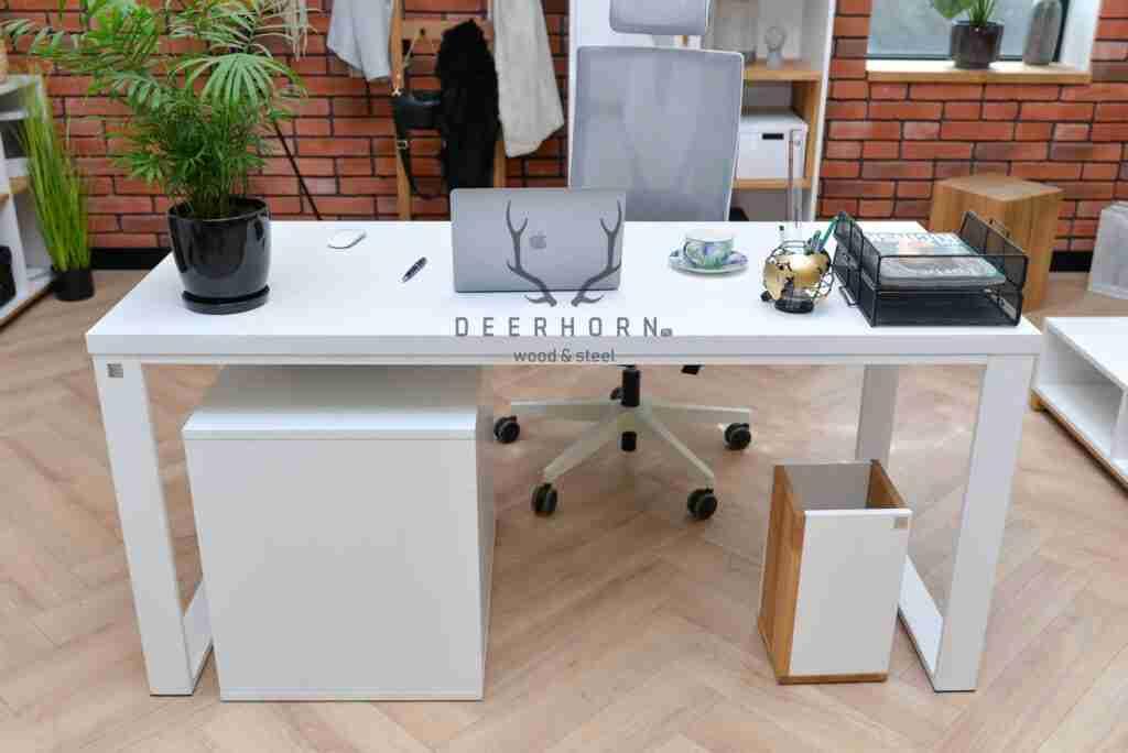 biurko zbiałym blatem